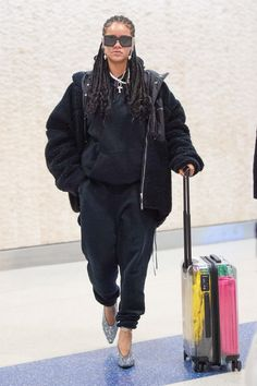 Rihanna rocking a Oversized black jacket with a faux shearling material and extra long sleeves Estilo Rihanna, Rihanna Mode, Rihanna Street Style, Rihanna Riri, Rihanna Outfits, Casual Outfits, Cute Outfits, Fashion Outfits, Baggy Sweatpants
