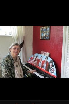 Louis's grandma everyone <3 I love how incredibly proud his grandparents are they're absolutely precious