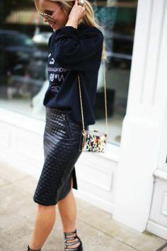 jupe en cuir noir, femme blonde avec lunettes de soleil noir, sac bandoulière en cuir noir chanel