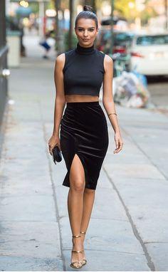 Street style look com cropped gola e saia lápis de veludo com fenda.