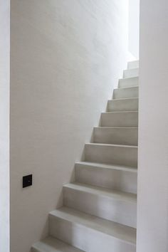 Pastellone floor and stairs, natural lime plaster by Odilon Creations - architecture Pascal Francois A natural product made of lime and marble powder Interior Stairs, Interior Architecture, Adobe Haus, White Stairs, Interior Styling, Interior Design, Tadelakt, Stair Steps, Painted Stairs