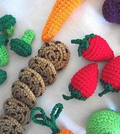Crochet FOOD-I know a granddaughter that would love this. Diy Crochet And Knitting, Crochet Food, Love Crochet, Crochet Gifts, Crochet Dolls, Crochet Clothes, Baby Knitting, Food Patterns, Fabric Yarn