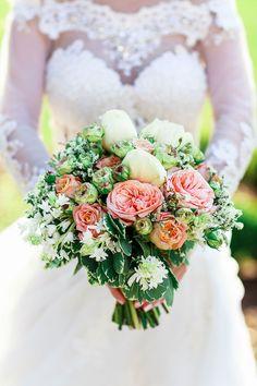 Brautstrauß mit Rosen und Pfingstrosen. Foto: Christina & Eduard Wedding Photography