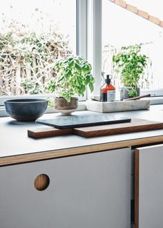 Reform's kitchen design BASIS linoleum in the color 'Pebble.' The countertop is linoleum. It's an IKEA hack. Real Wood Floors, Small Hallways, Linoleum Flooring, Wood Laminate, Cabin Homes, Kitchen Redo, Interior Design Kitchen, Kitchen Countertops, Kitchen Accessories