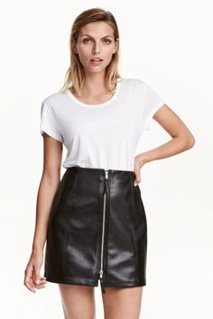 Imitation leather skirt: Short skirt in imitation leather with a zip down the front. Unlined.