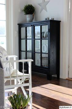 musta vitriini,kaappi vanhoista ikkunoista Country Interior, Home Interior, Interior Design, Rustic Furniture, Cool Furniture, Furniture Design, Painted China Cabinets, Inside A House, Cosy House