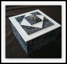 Une petite boîte pour reprendre tout en douceur le cartonnage Papier noir nuage poids blanc, skivertex galuchat blanc. A bientôt Maïc