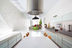 Sao Paulo. La cocina está integrada a la sala por la mesa y el piso.