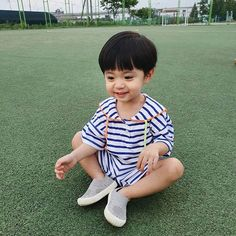 A imagem pode conter: uma ou mais pessoas e atividades ao ar livre Cute Asian Babies, Korean Babies, Cute Babies, Ulzzang Kids, Ulzzang Couple, Breastfeeding Photos, Baby Wallpaper, Cute Family, Baby Fever