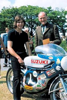 A very young Barry Sheene and Suzuki. Old School Motorcycles, Racing Motorcycles, Vintage Motorcycles, Motocross Riders, Grand Prix, Motorcycle Racers, Suzuki Motorcycle, Valentino Rossi, Motos Sexy