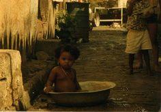 Eu, uma mocinha, tomando banho de bacia na rua que minha vó criou minha mãe e seus quinze irmãos, old time!