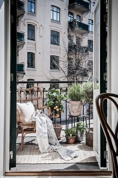 Cool 37 Unique View Design Ideas For Balcony Apartment That Make You Cozy. Transforming your balcony into useful lively space is not a very difficult task. If your balcony is connected to your […] Apartment Balcony Decorating, Apartment Balconies, Cozy Apartment, Apartment Design, Apartment Plants, Apartment Ideas, Exterior Design, Interior And Exterior, Design Interior