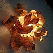 Estrellas en el bosque + Lámparas de madera + Nido - Laminillas de madera que se curvan y entrelazan, alrededor de globos de luz. La lámpara...