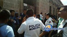 A través del diálogo, elementos de la Policía de Morelia lograron que los manifestantes retiraran su bloqueo; posteriormente fueron atendidos por la Dirección de Gobierno municipal (FOTO: MARIO REBOLLAR)