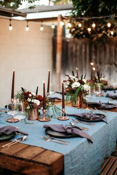 Moody and Dark Themed Birthday Bash + Tablescape – College Housewife Fall outdoor dinner. Purple Table Settings, Outdoor Table Settings, Dinner Table Settings, Outdoor Table Decor, Party Outdoor, Table Baroque, Table Violet, Dark Color Palette, Colour Palettes