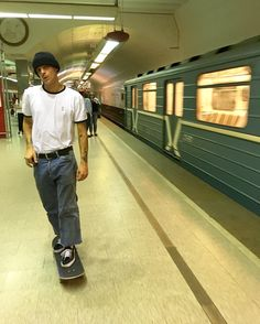 Skate board outfit this is how to wear the tendancy. Skater Outfits, Skater Boys, Skater Boy Style, Outfits Hombre, Skate Style, Boy Fashion, Street Fashion, Skate Fashion, Aesthetic Pictures