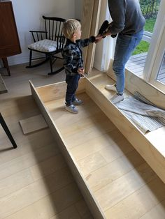 DIY – Hjemmebygget væg til væg bogreol | livingonabudgetdk Built In Furniture, Outdoor Furniture, Outdoor Decor, Plads, Home Decor, Decoration Home, Room Decor, Home Interior Design, Backyard Furniture