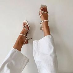 Light, neutral tones and simple shoes for a minimalist style