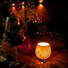 Bela foto de uma taça de vinho no jantar.