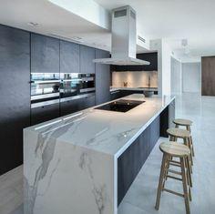 cuisine avec ilot central, plan de travail en marbre et tabourets en bois