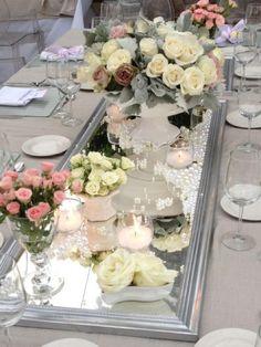 Decoración de mesa en colores pastel con perlas , rosas y espejos . By Marita Loves .