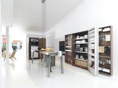 Le système de cuisine bulthaup b2 a été conçu en collaboration avec les célèbres designers viennois d'EOOS. bulthaup b2 est la « cuisine atelier » au sens originel du terme. Elle est composée d'une table de travail + d'une armoire-coffre + d'une armoire à appareils : l'armoire-coffre pour la vaisselle, les ustensiles de cuisine, les aliments ou les épices; l'armoire à appareils pour le four, le lave-vaisselle et le réfrigérateur.