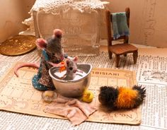 A scene from the book 'house that mouse built'.the baby is having his bath in an eye cup, while his pet woolly bear looks on. Photo by Bruce Wolf. Needle Felted Animals, Felt Animals, Needle Felting, Cute Mouse, Mini Mouse, Felt Mouse, Baby Mouse, Little Doll, Miniture Things