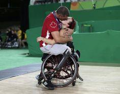 Un attimo di intimità davanti agli occhi del mondo. Il bacio tra gli atleti paralimpici canadesi, entrambi giocatori di basket, Jamey Jewells e Adam