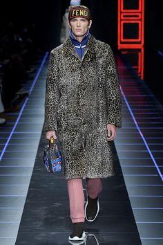 Guarda la sfilata di moda uomo Fendi a Milano e scopri la collezione di abiti e accessori per la stagione Autunno Inverno 2017-18.