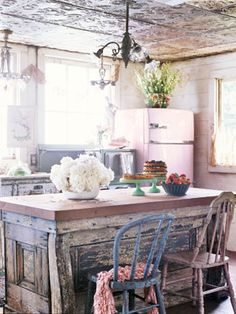 Image detail for -Amazing shabby chic-esq country kitchen, loving the pastel pink fridge . Casas Shabby Chic, Estilo Shabby Chic, Bohemian Kitchen, Rustic Kitchen, Country Kitchen, Vintage Kitchen, Country Living, Vintage Fridge, Kitchen Retro