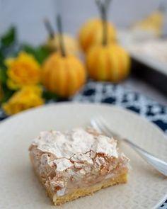 Dzień dobry🌞 Szarlotka kokosowa na weekend💛 Fantastyczne kruche ciasto, proste wypełnienie z jabłek i rewelacyjna chrupiąca beza z wiórkami kokosowymi. Przepis na blogu 💻 Pie, Cheese, Food, Torte, Cake, Fruit Cakes, Essen, Pies, Meals