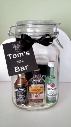 Mini Bar in jar // XMAS GIFT // WWW.BE - are Birthday Gifts? What Can I Get a Birthday Gift? Mini Bars, Great Birthday Gifts, Man Birthday, Beer Birthday Party, Birthday Quotes, Happy Birthday, Don D'argent, Diy Cadeau Noel, Wine Baskets