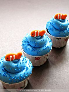 fish cupcakes Clown fish (Goldfish) cupcakes by simply-cupcakes. What a cute idea for a kids party.Clown fish (Goldfish) cupcakes by simply-cupcakes. What a cute idea for a kids party. Sea Cupcakes, Animal Cupcakes, Summer Themed Cupcakes, Cupcake Day, Cupcake Cakes, Cupcake Pics, Fishing Cupcakes, Savoury Cake, Cute Cakes