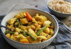 V hlubší pánvi rozpalte lžíci olivového oleje a osmahněte na něm nadrobno nakrájenou cibuli. Do pánve přidejte fazolky, na růžičky rozdělený květák a na kolečka nakrájenou mrkev. Restujte 10-15 minut, přidejte stroužek česneku, kurkumu, kari, vše zalijte zeleninovým vývarem a nechte dusit pod pokličkou. V ... Mozzarella, Poultry, Sweet Potato, Carrots, Healthy Recipes, Healthy Food, Turkey, Food And Drink, Potatoes