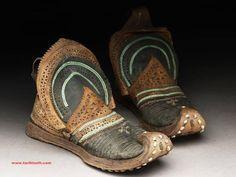 Günümüz Modasını Kıskandıran Eski Uygur Türklerine Ait Bir Çift Erkek Ayakkabısı...   Ancient Turkic Clothing - East Turkestan-Uyghurs