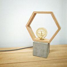 Mira este artículo en mi tienda de Etsy: https://www.etsy.com/es/listing/515135558/lampara-mesa-moderna-cemento-madera