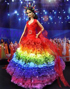 """Miss Philippines 2009 – Vestido de color arco iris de la colección """"Irere"""" inspirada en la selva tropical del diseñador Alexander McQueen Primavera / Verano 2003"""