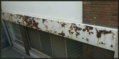 Panel metalico muy oxidado y desconchado
