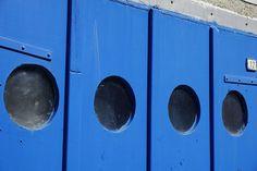 #bleu #bois #entre #hublot #portail #porte #un service #verre