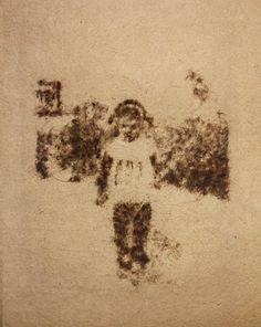 """Gil Gijón - Obra """"Encarnación jugando en el patio de casa."""" (2014) Marco: 25 x 20 cm. Retrato: 16 x 11,8 cm. Polvo adherido sobre papel japones."""