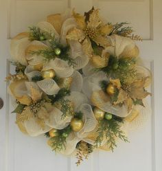 Gold Christmas wreath...I could so see this up for winter. Pretty.