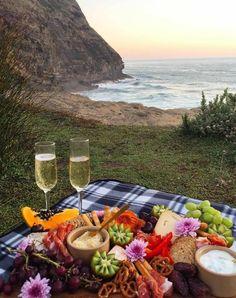 Why a Grazing Platter is a Girl's Best Friend - New Zealand Weddings Magazine Romantic Picnic Food, Picnic Date Food, Picnic Time, Summer Picnic, Picnic Parties, Romantic Dinners, Beach Picnic Foods, Romantic Dates, Comida Picnic