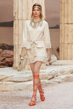 The latest fashion shows, ready-to-wear & accessories collections and Haute Couture on the CHANEL official website Chanel Cruise, Chanel Resort, Karl Lagerfeld, Runway Fashion, Fashion Show, Womens Fashion, Fashion Spring, Haute Couture Designers, Famous Models