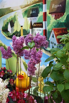 duck is watching you, flowersdecoration for shopping mall in Hamburg, #Blumendekoration, #Einkaufzentrum, #Elbe-Einkaufszentrum, #Hamburg, #ECE, #Flieder, #Ente, #Dekoration