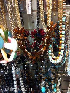 """Nas minhas andanças pela cidade """"that never sleeps"""" tenho encontrado algumas coisas bem interessantes e uma das minhas preferidas foi uma lojinha de bijoux com váaaaarios maxi colares, braceletes esmaltados, anéis, brincos, enfim, um monte de coisas legais e inclusive algumas que eu já vi no Ebay. O preço é bom, os maxi colares custam …"""