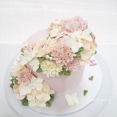 Repost sweetpetalcake Flower buttercream cake