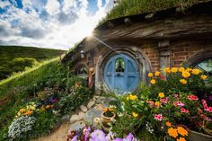 photo via Hobbiton Movie Set Hobbiton Tours is a public tour located in Matamata, New Zealand of the real hobbit village that was built for Peter Jackson's Lord of the Rings films. The beauti… Visit New Zealand, New Zealand Travel, Casa Dos Hobbits, O Hobbit, Hobbit Films, Hobbit Door, Green Dragon, Interior Exterior, Lord Of The Rings