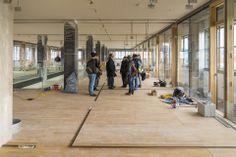 Tabakfabrik Linz: Der fertig verlegte Parkettboden sorgt für ein modernes Aussehen und setzt einen Kontrast zum Retro-Chic der Tabakfabrik.