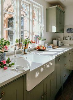 Farmhouse Style Kitchen, New Kitchen, Kitchen Dining, Kitchen Decor, Kitchen Cabinets, Kitchen Sink, Island Kitchen, Kitchen Ideas, Countryside Kitchen
