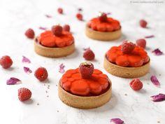 Tartelettes bavaroise framboise Beaux Desserts, Sweet Desserts, Pavlova, Belgian Cuisine, Beautiful Desserts, French Pastries, Something Sweet, Food Videos, Cravings